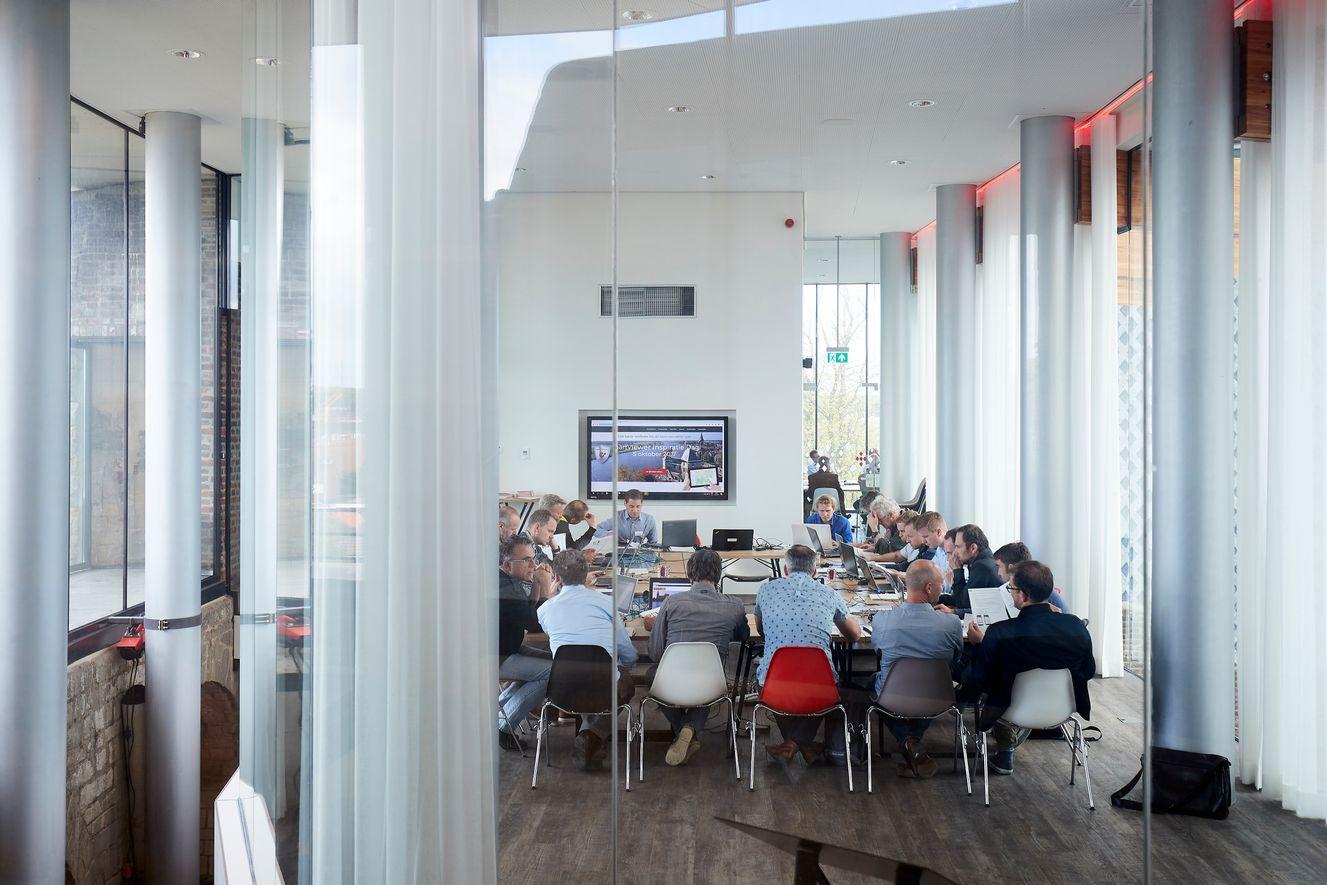 Ruime vergaderruimte voor vergaderingen met grote groepen