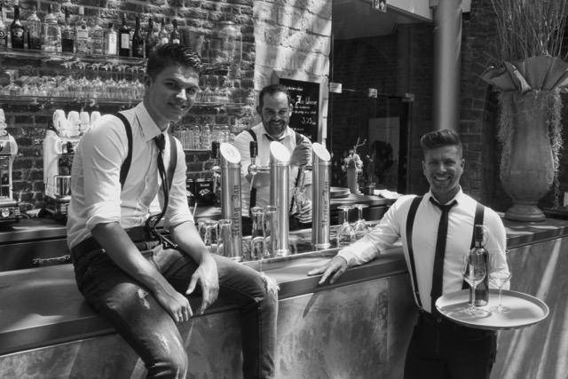 De zingende barmannen in actie tijdens een bedrijfsfeest op het kasteel in kessel - limburg