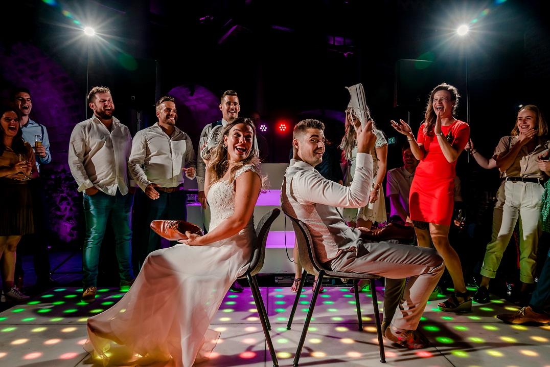 Lachen, gieren en brullen bij een leuk bruiloft spel