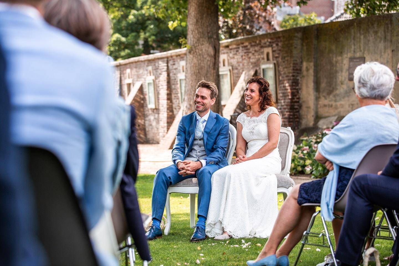 Trouwceremonie in de kasteeltuin