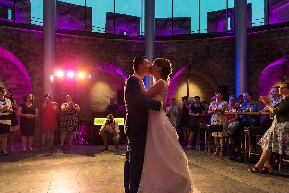 De bruiloft wordt geopend met een romantische openingsdans